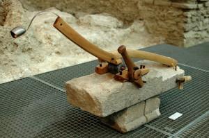 Csengetős, homokkő, somfa, vas, 120x50x25 cm