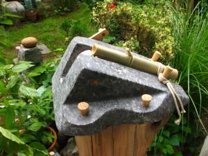 Kereplő, gránit, fa, bambusz, kötél, 29x17x15 cm
